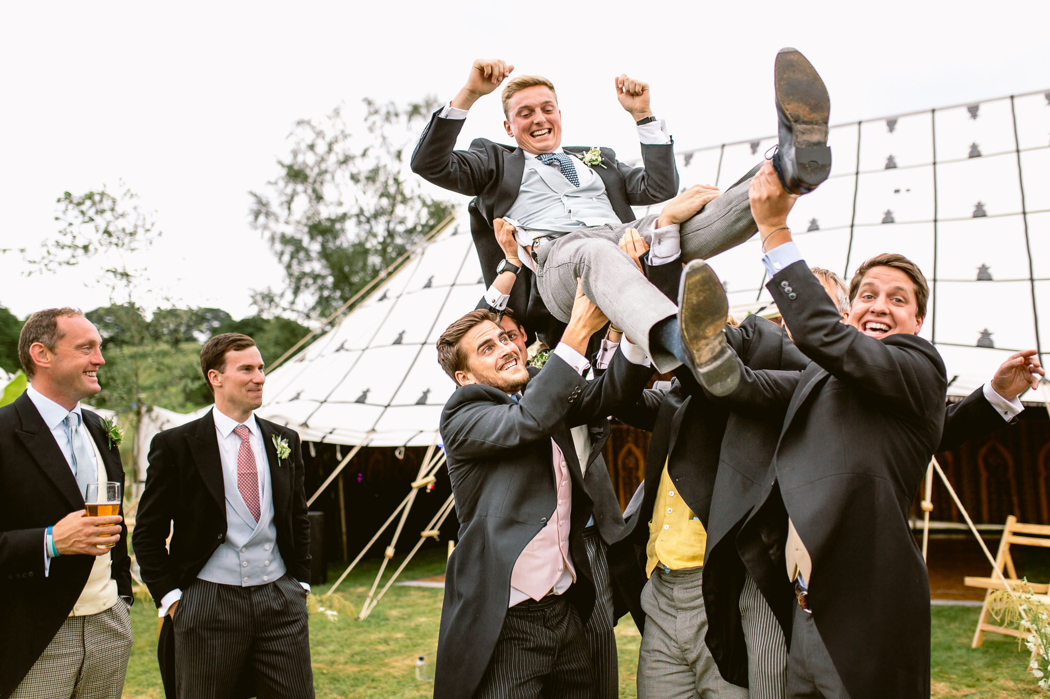 groom being carried by groomsman best os 2017
